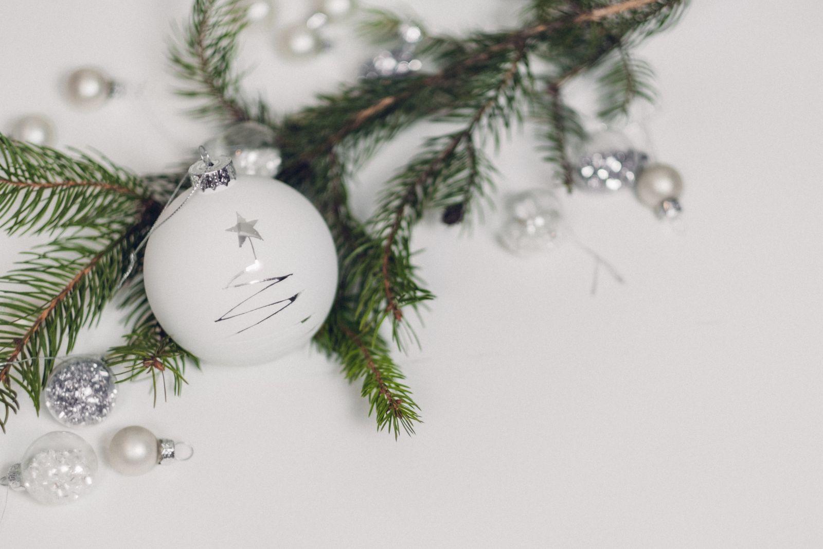Witte kerstballen met glitters